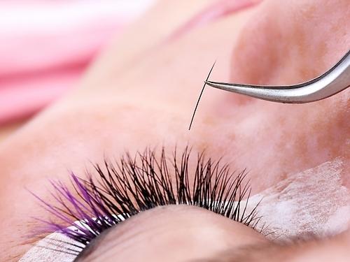 Натуральные ресницы для наращивания – это тончайшие волоски норки или шелка. Такой вид материала самый дорогой, но и самый безопасный