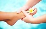 В завершении специалист спа педикюра проводит сеанс массажа стоп, воздействуя на сосредоточения нервных окончаний