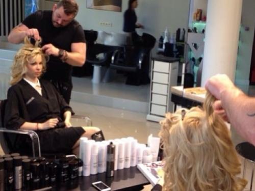 На фото Малена Маяковская и арт-директор Celebrity на Лубянке, Денис Бологов в процессе подготовки первого образа для съемки.