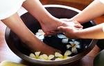 Перед тем, как сделать спа педикюр, ступни погружают в ванночку с морскими солями, оказывающими расслабляющее и антисептическое воздействие