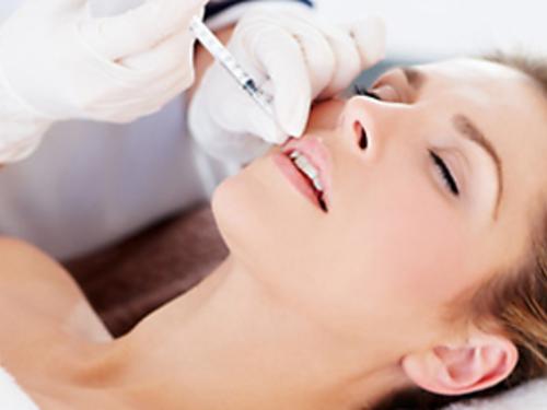 Сеанс проводится под местной анестезией и длится, в зависимости от выбранного способа обезболивания, около часа