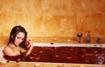 Начните свое посещение салона с погружения в ванну Барреля, заполненную газированным красным вином с вытяжками из косточек винограда и нежной виноградной мякотью